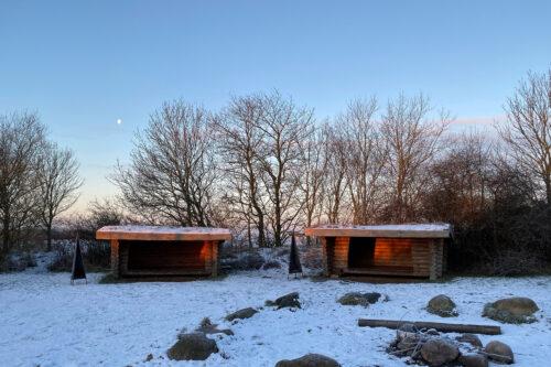 To shelters på shelterpladsen i morgen-vinter-sol